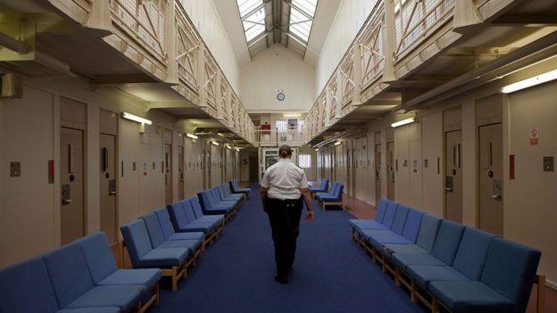 Una guardia camina por el corredor de una cárcel de mujeres en Inglaterra