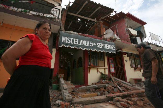 Una mujer ante una vivienda afectada por el terremoto en Juchitán, Oaxaca, México.