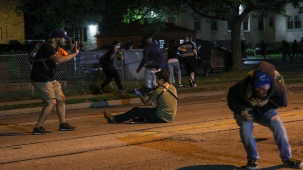 Foto que supuestamente muestra a Kyle Rittenhouse apuntando con un rifle semiautomático