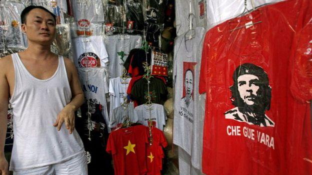 Tienda en Vietnam con una camiseta del 'Che' Guevara.