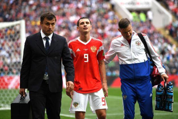 El jugador de la selección rusa Alan Dzagoev se lesionó durante el partido y tuvo que ser sustituido por Cheryshev.
