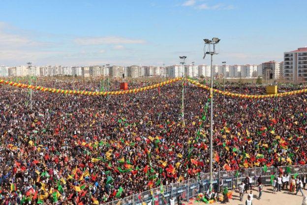 محتفلون أكراد في ديار بكر بعيد نوروز 21 مارس/آذار 2018