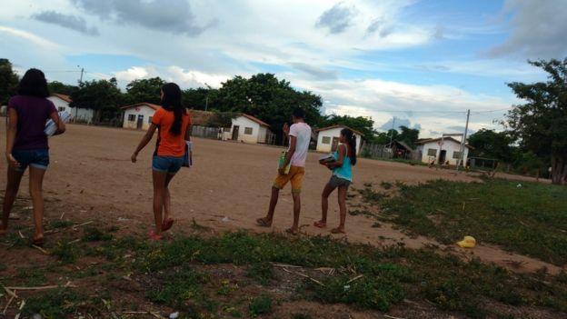 Estudantes em aldeia indígena