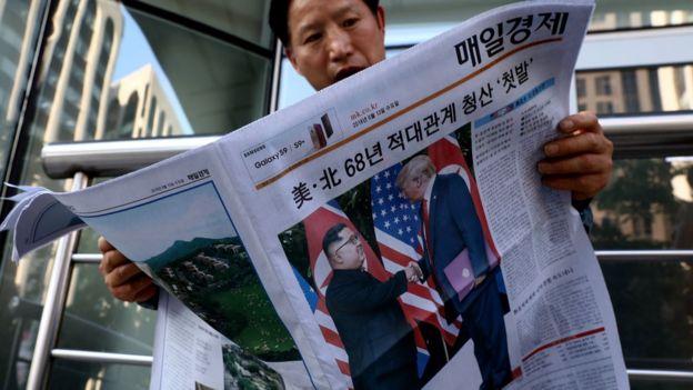 韩国报纸以头条新闻方式报道金正恩和特朗普的见面。