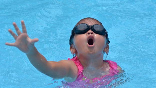 Criança em apuros numa piscina