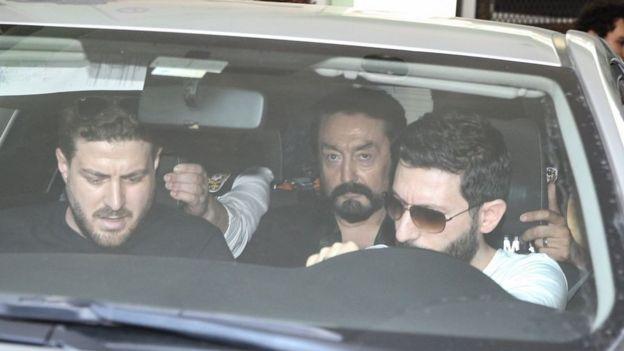 Adnan Oktar polis arabasında