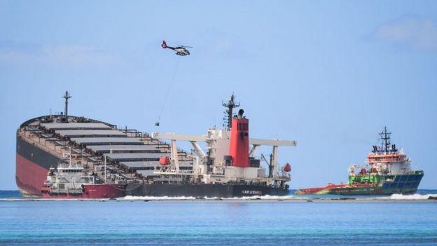 El MV Wakashio semi hundido frente a Mauricio