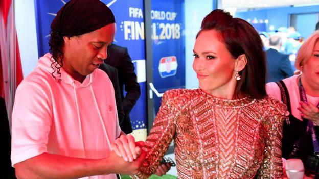 Ronaldinho serre la main de la chanteuse d'opéra Aida Garifullina dans le tunnel avant la finale de la Coupe du Monde de la FIFA 2018 entre la France et la Croatie au stade Luzhniki le 15 juillet 2018 à Moscou, Russie.