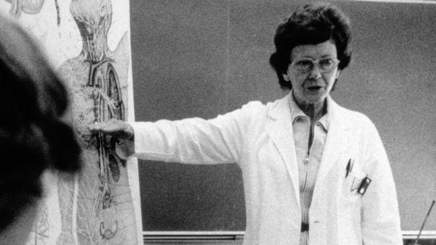 Dra. Vera Peters durante una conferencia.