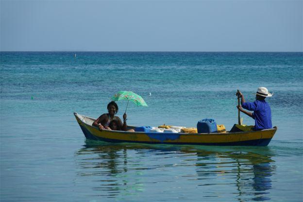 Dos mujeres en una balsa en el mar.