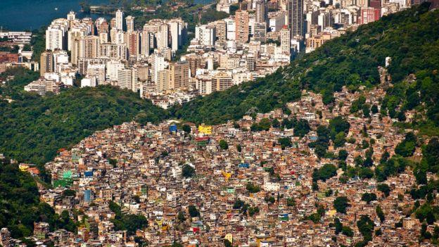 Favela no Rio de Janeiro e prédios de luxo em seu entorno