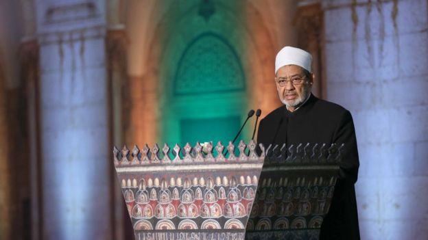 شیخ احمد الطیب، امام جماعت مسجد الازهر قاهره، یکی از مهمترین رهبران مذهبی مسلمانان سنی در جهان با پاپ ملاقات میکند
