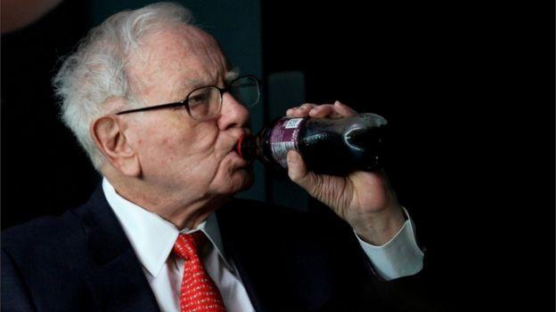 Warren Buffett tomando una Coca Cola.