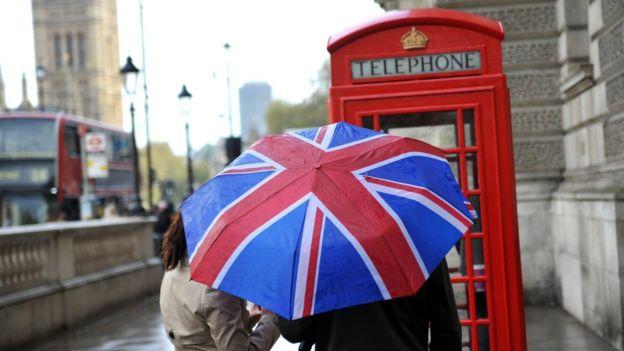 Pessoas usando guarda-chuva em Londres