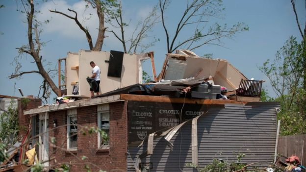 Enjoyable Ohio Tornado Blows Parked Car At Home Killing Elderly Man Home Interior And Landscaping Oversignezvosmurscom