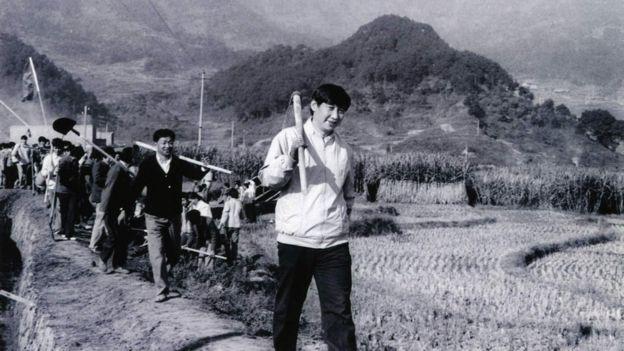 習近平在陝西插隊期間參加修路