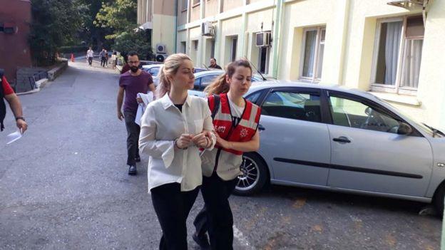 Gözaltına alınanlar sağlık kontrolünden geçirilerek Emniyet Müdürlüğü'ne götürülüyor.