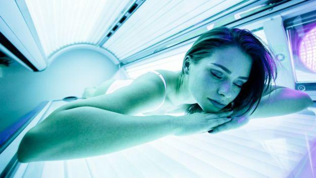 Mujer en una cama solar