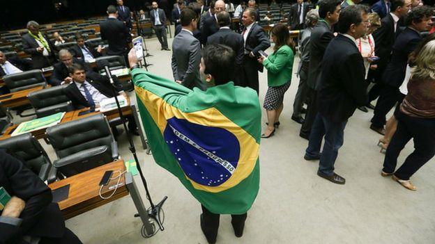 homem usa bandeira como roupagem