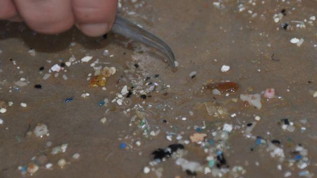 Partículas de microplásticos encontradas na areia do mar