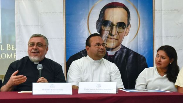 Rafael Urrutia (izquierda) en una rueda de prensa en San Salvador en julio de 2018 en la que habló del milagro atribuido a Romero.