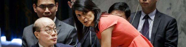 8月5日,联合国安理会就新一轮制裁朝鲜决议进行表决前,美国驻联合国大使妮基·黑利(Nikki Haley)和中国驻联合国大使刘结一交谈。