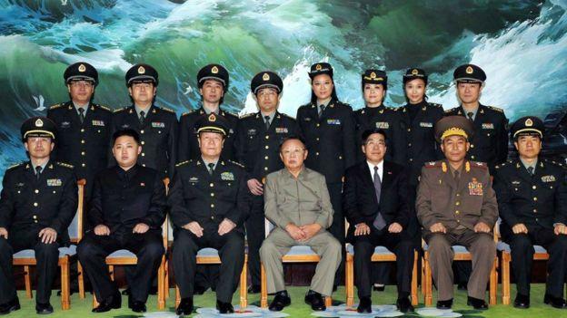 Kim Jong-il (centro) e Kim Jong-un com militares norte-coreanos em foto de 2010