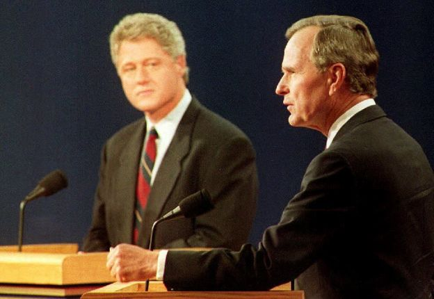 Bill Clinton y George H.W. Bush debatiendo.