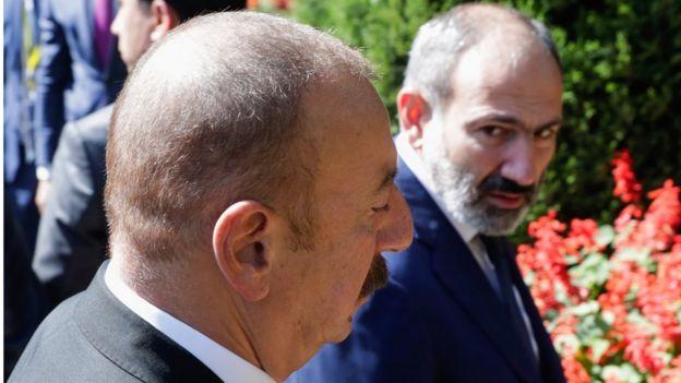 Президента Алиев и премьер-министра Пашинян разговаривают на саммите СНГ в Душанбе