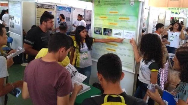 Alunas apresesentam projeto em feira de ciências
