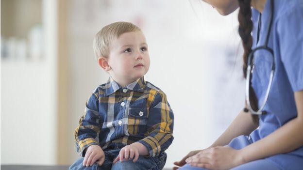 Niño con una doctora