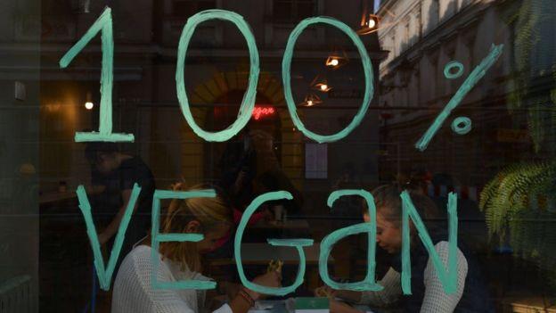 Вікно кав'ярні, де написано 100% веган