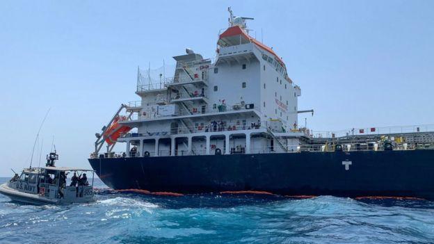 تصویری از یکی از دو نفتکشی که همزمان با سفر شینزو آبه، نخستوزیر ژاپن به تهران در دریای عمان هدف حمله قرار گرفت