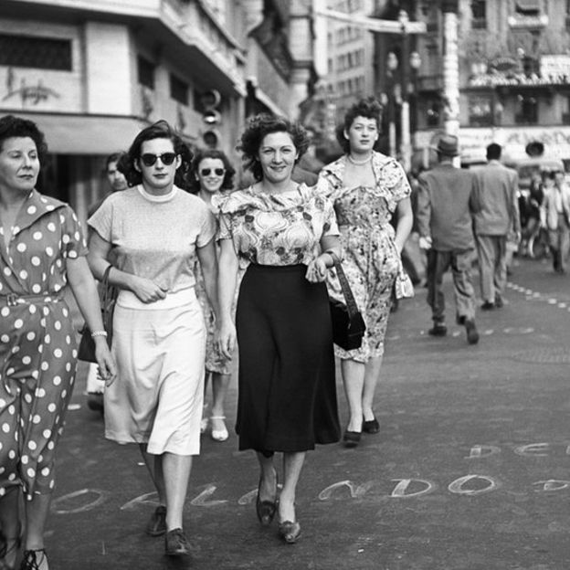 """Lutadoras de luta livre no centro de São Paulo, 1950. Foto para a reportagem """"As belas viram feras"""", O Cruzeiro, ano XXII, n. 50, 30.09.1950"""