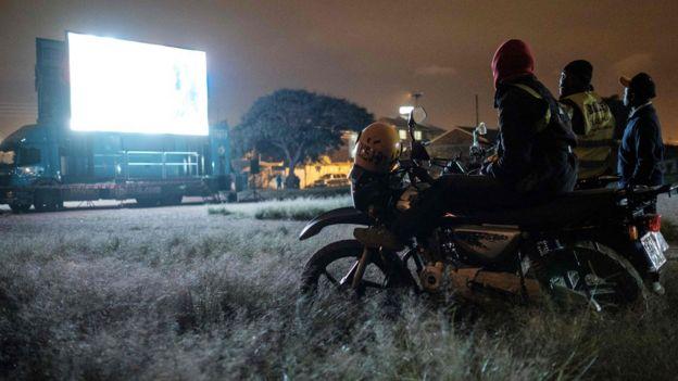كينيون يشاهدون مباراة كأس العالم على شاشة مثبتة على شاحنة في نيروبي أثناء لعب نيجيريا مع الأرجنتين في 26 يونيو/حزيران 2018