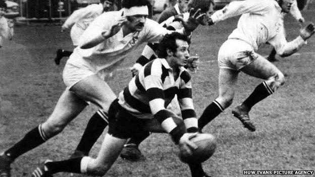 Dyn un clwb - Treuliodd y mewnwr ei holl yrfa gyda Clwb Rygbi Caerdydd, rhwng 1966 a 1978. The scrum half spent his whole club career with Cardiff Rugby Club between 1966 and 1978