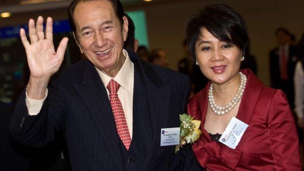 何鴻燊與梁安琪在澳博香港上市儀式上咧嘴大笑(16/7/2008)