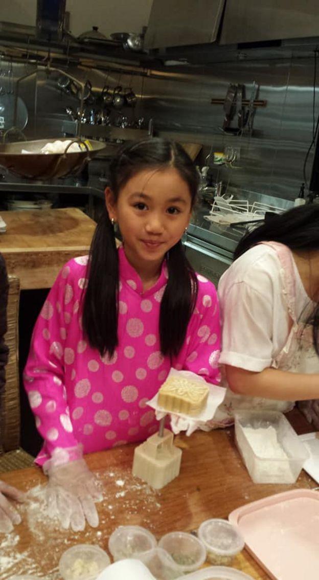 Con gái lớn của chị Vân học làm bánh trung thu