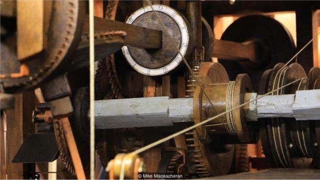 Sistem tata surya buatan Eisinga, yang terjalin dari sistem yang rumit dari lingkaran kayu yang bekerja secara mekanis dan kabel-kabel penuh debu, juga dikuatkan oleh lebih dari 10.000 paku buatan sendiri.
