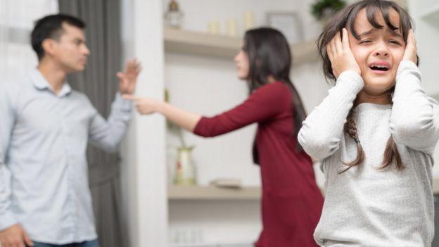 niña llorando, familia discutiendo