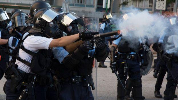 防暴警察在香港黄大仙朝示威者发射催泪弹(5/8/2019)