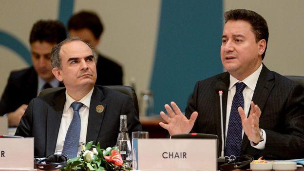 Eski Merkez Bankası Başkanı Erdem Başçı ve Ali Babacan, ekonomi politikasının temkinli para ve maliye politikası ile sürdürülebilir büyüme üzerine kurulu olmasını savunuyordu.