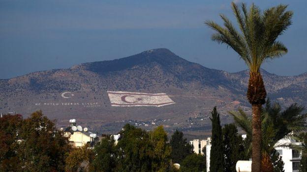 Una bandera de la República Turca del Norte de Chipre pintada en una ladera en Nicosia