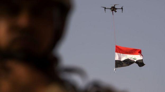 Drone carrega bandeira