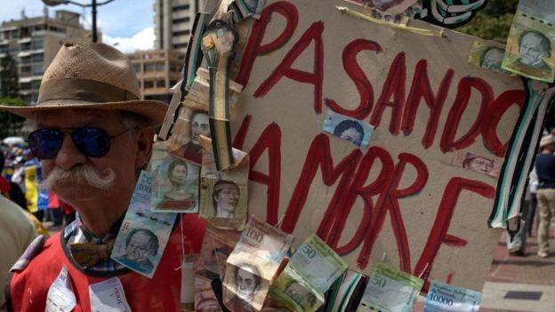 Hombre protesta contra el hambre en Venezuela
