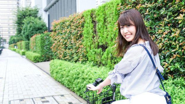 Mujer japonesa en bicicleta.