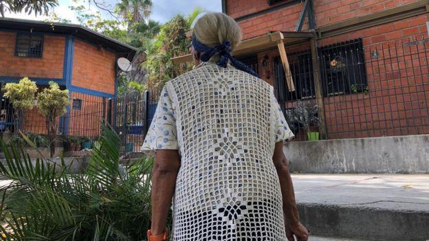 Una mujer en un barrio chavista