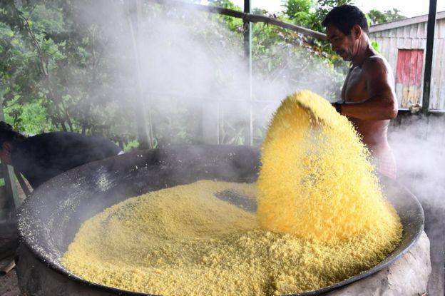 Edmar Santos produz farinha de mandioca na comunidade Repartimento, no leito do Rio Tambaqui, no norte do Brasil, em abril de 2019