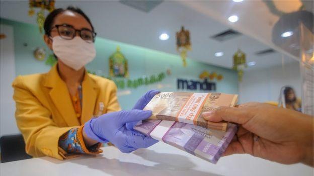 Penerapan protokol kesehatan diterapkan di sejumlah bank.
