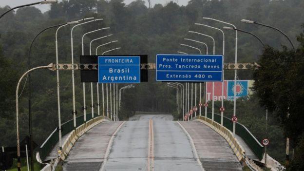 Un puente fronterizo en Brasil